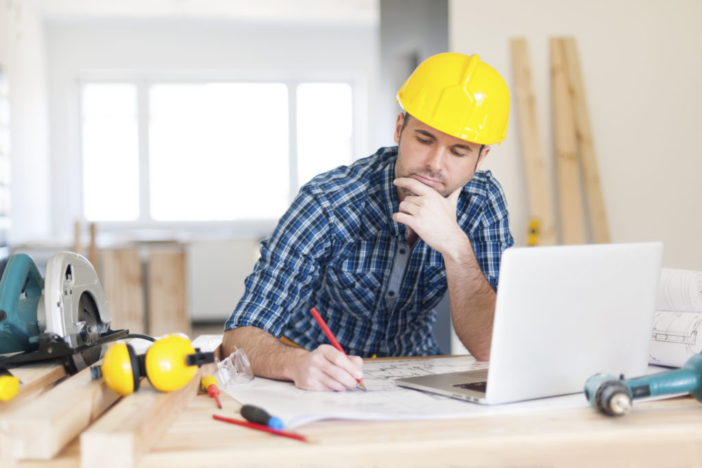 строитель с ноутбуком