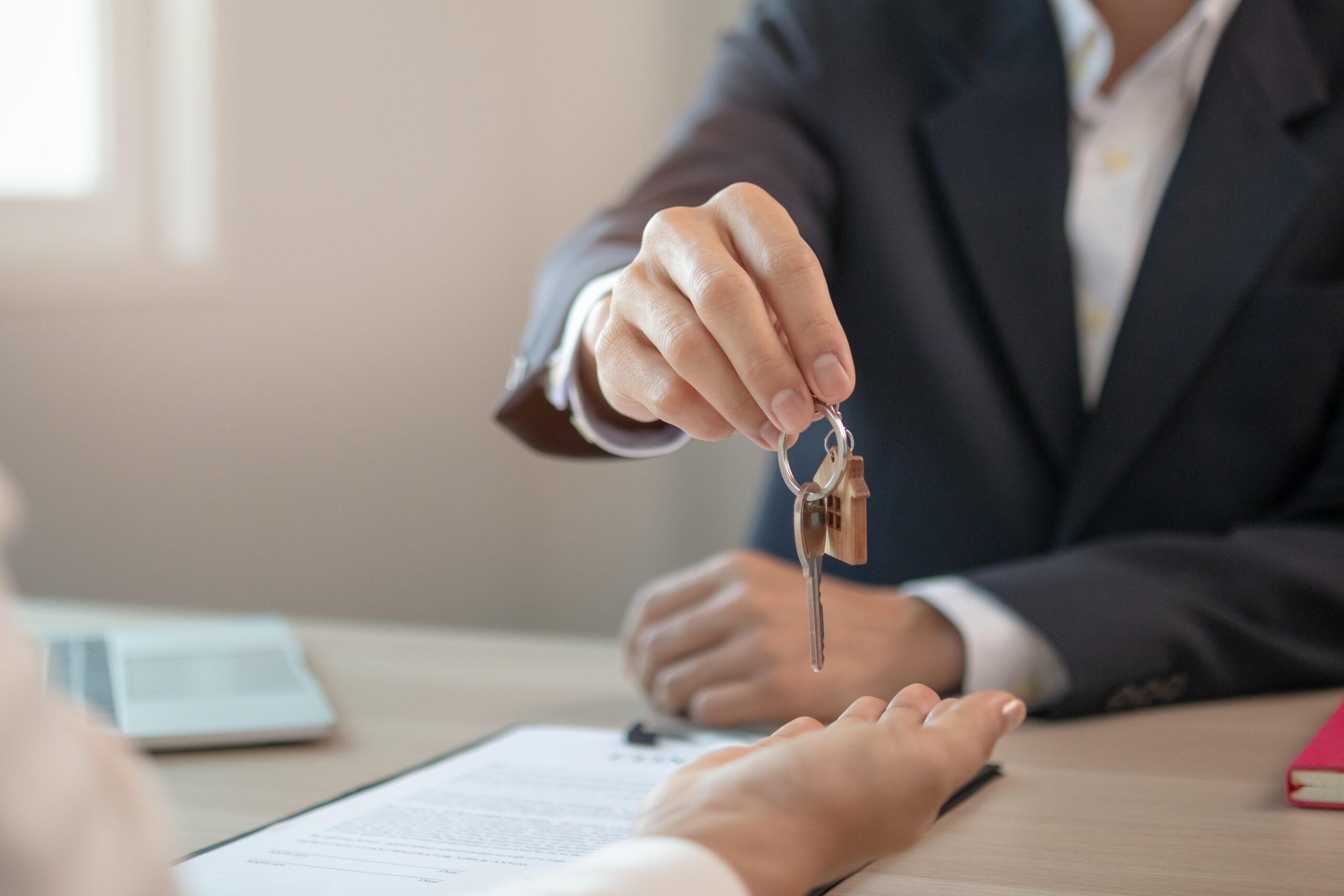 Арендатор передает ключи от помещения